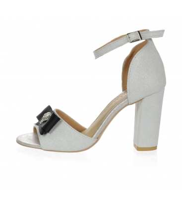Trblietavé strieborné sandále na hrubom podpätku s mašľou DSA048