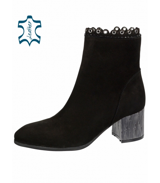 Čierne elegantné kotníkové topánky s jemným vzorom a metalickým podpätkom 1953303K