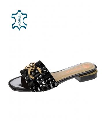 Černé pantofle s kroko vzorem a zlatou ozdobou DSL2211