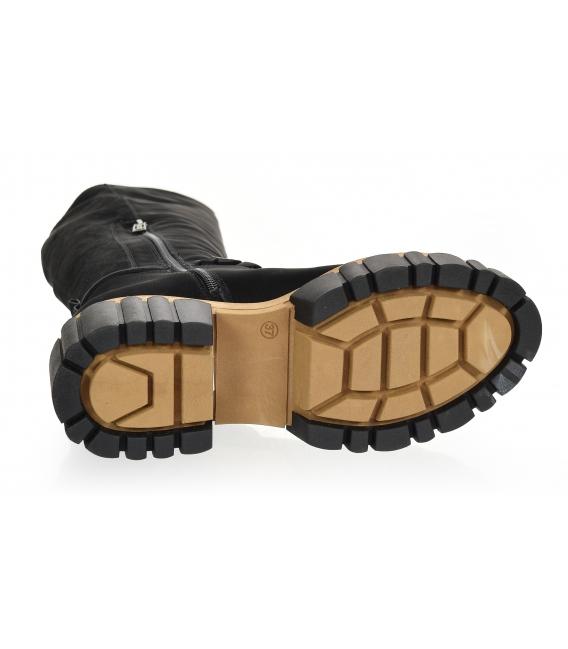 Čierne čižmy na štýlovej hnedo-čiernej podošve s ozdobou 2306