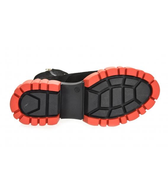 Čierne pohodlné členkové čižmy s červenou podošvou DKO2277