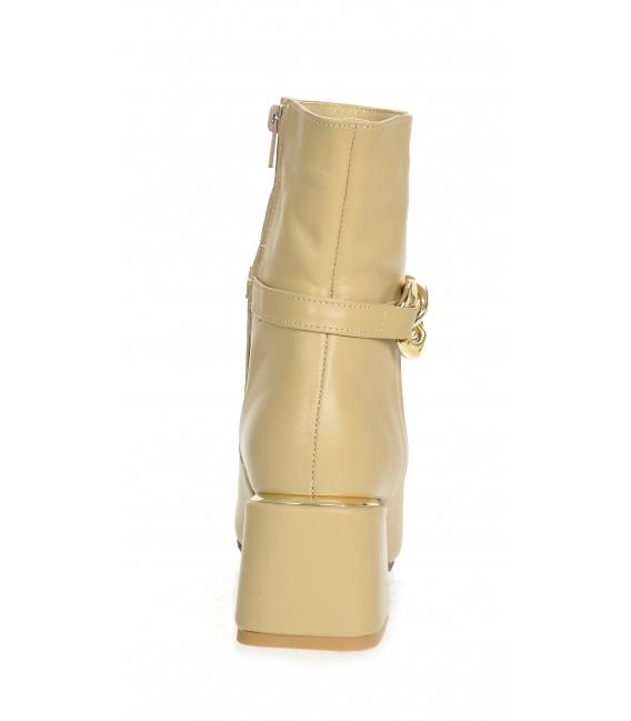 Béžové členkové čižmy na podpätku s ozdobou DKO2285