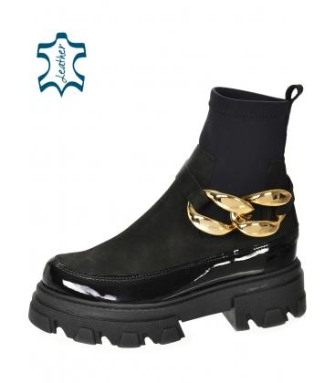 Čierne členkové lakované čižmy s elastickým materiálom a zlatou ozdobou DKO2284