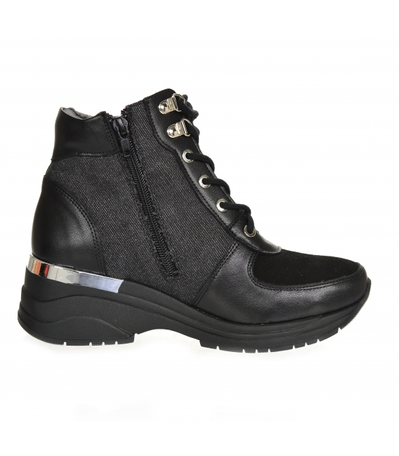 Insulated black sneakers with patterned material and DKO2282 applique