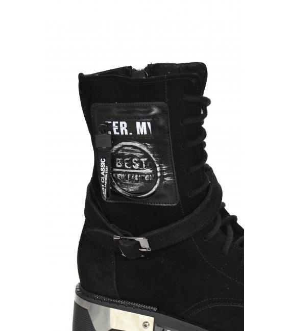 Čierne pohodlné členkové čižmy z brúsenej kože s nášivkou a ozdobným remienkom HT250