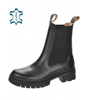 Čierne nízke čižmy s elastickým materiálom na nižšej podošve 8135