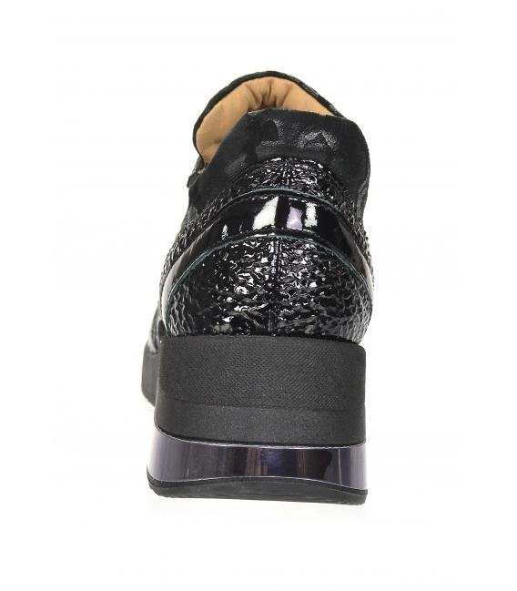 Čierne lesklé tenisky s maskáčovým vzorom na podošve KAMILA K894