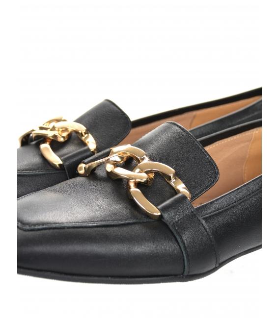 Čierne elegantné poltopánky z hladkej kože so zlatou ozdobou 5042