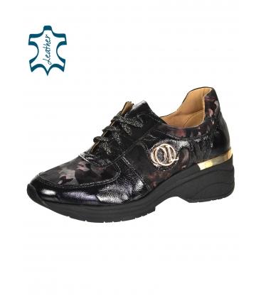 Čierne tenisky s hladkou lakovanou kožou a bordovým maskáčovým vzorom na podošve TAMIRA K894