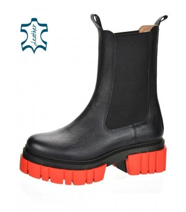 Čierne nízke čižmy s elastickým materiálom na vysokej červenej podošve 8135